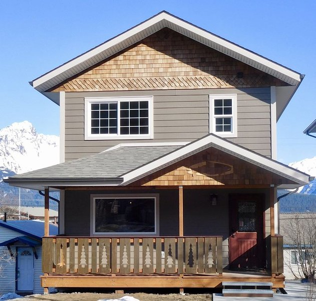 Prime Location in the heart of Seward with a view of Mt. Marathon and the Bay., vacation rental in Seward
