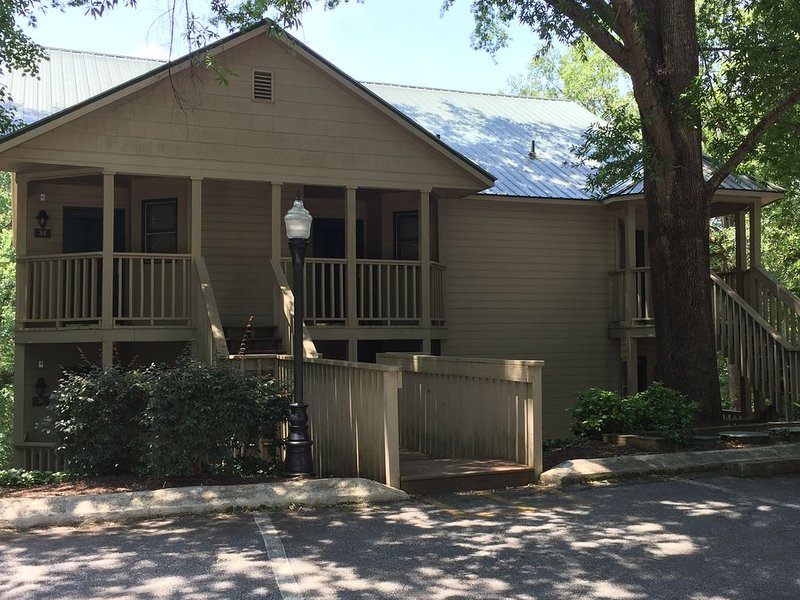 Rumbling Bald, Resort Amenities, Walk to Market, Restaurant & Bar, Wooded View – semesterbostad i Lake Lure