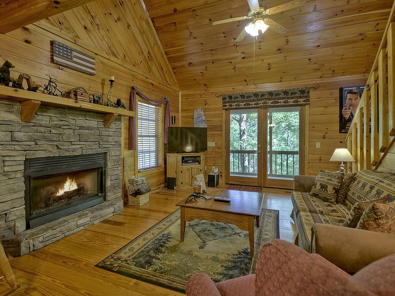 THE GETAWAY, your mountain experience with this luxurious cabin in the woods., location de vacances à Blue Ridge