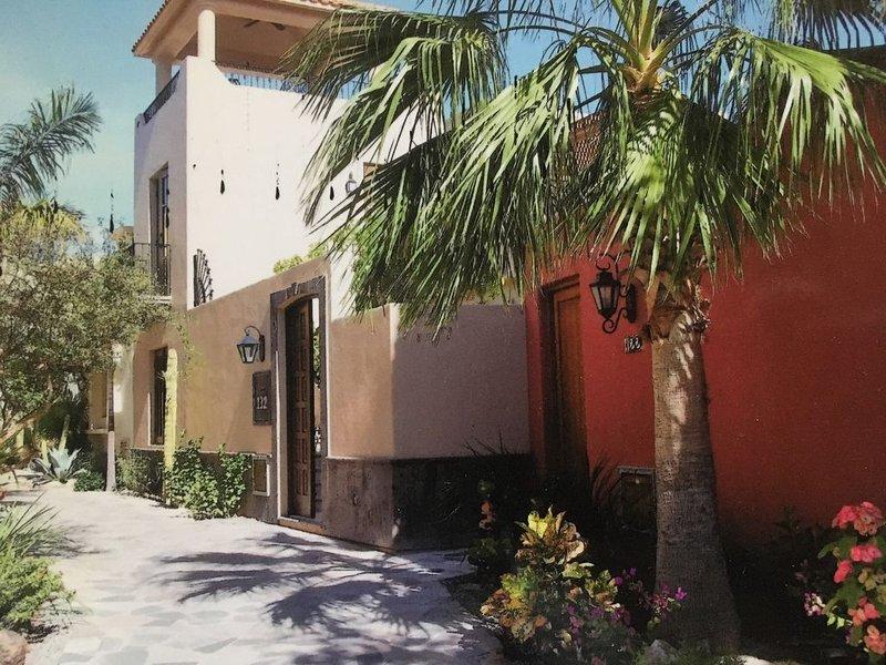 Bright and cheery Loreto Bay Casa with spectacular views, easy beach access!, alquiler de vacaciones en Loreto