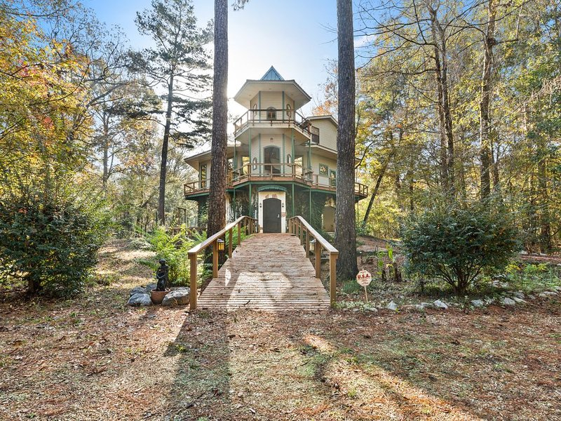 Breathtaking, Wooded River Retreat ' Isle Of View', holiday rental in Covington