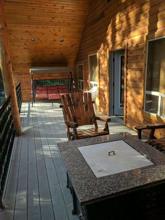 Sur le balcon à l'étage, vous trouverez également de nombreux endroits pour vous asseoir et vous détendre.