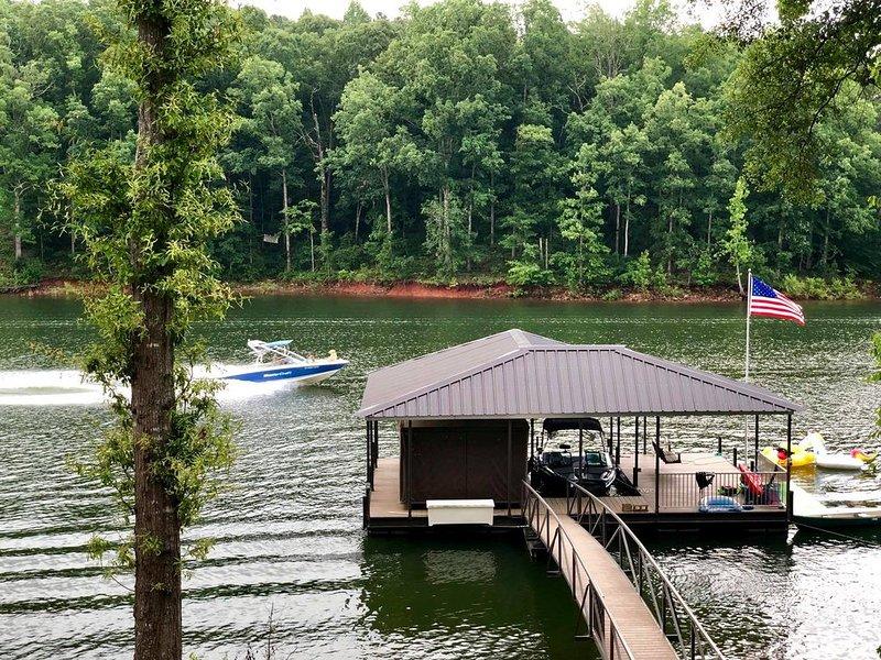 Beautiful  waterfront Home on Lake Hartwell.  With Dock!, alquiler de vacaciones en Anderson