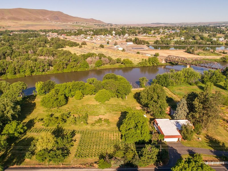 Red Mountain Villa: a riverfront property in Washington State wine country., vacation rental in Kennewick