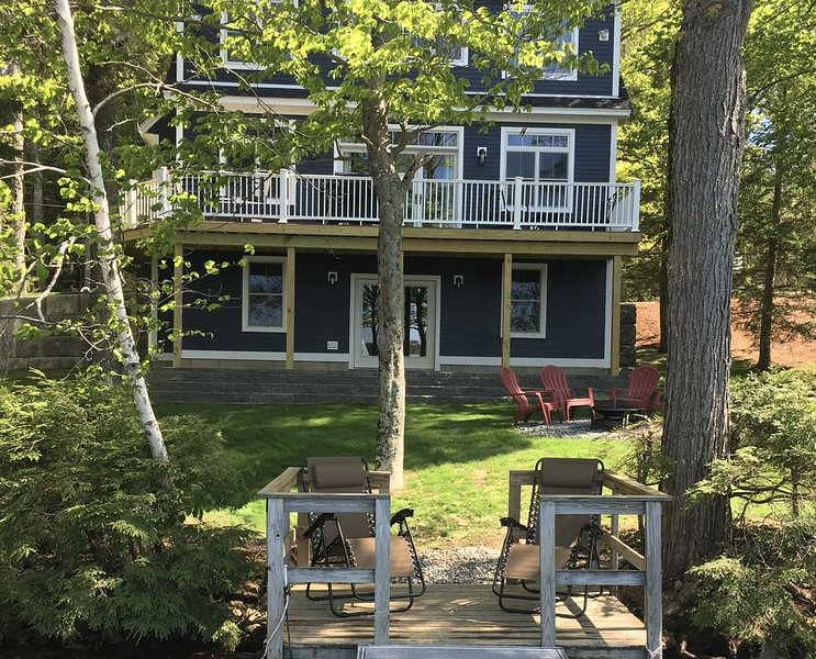 Newly Built Open-Concept Lakefront Home with Dock Large Deck and Upscale Kitchen, location de vacances à Barrington