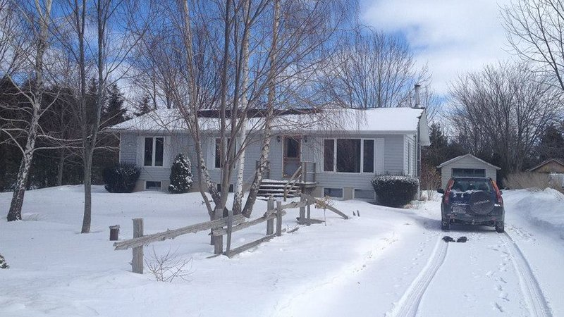 Treed 1/2 Acre Retreat minutes from the beach with famous Lake Huron sunsets!, alquiler vacacional en Port Albert