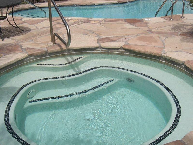 Spa communautaire et piscine juste devant notre patio arrière