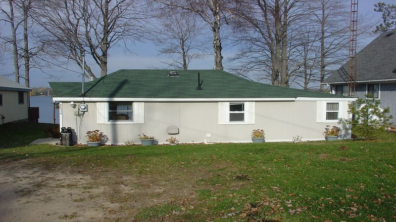 Lakefront Living: Sandy Beach Cottage - Sleeps 8, casa vacanza a Lupton