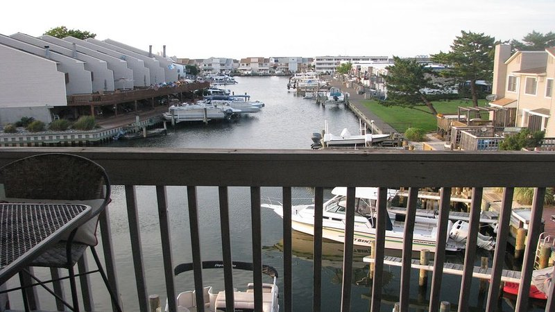 Best views for price!  Waterfront unit on the canal!  Bring boat, walk to beach!, alquiler de vacaciones en Ocean City