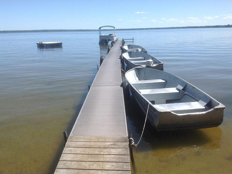 Northern Michigan-Houghton Lake Front Cabins (2 to 38 guests) 6 Cabin Rentals, aluguéis de temporada em Higgins Lake