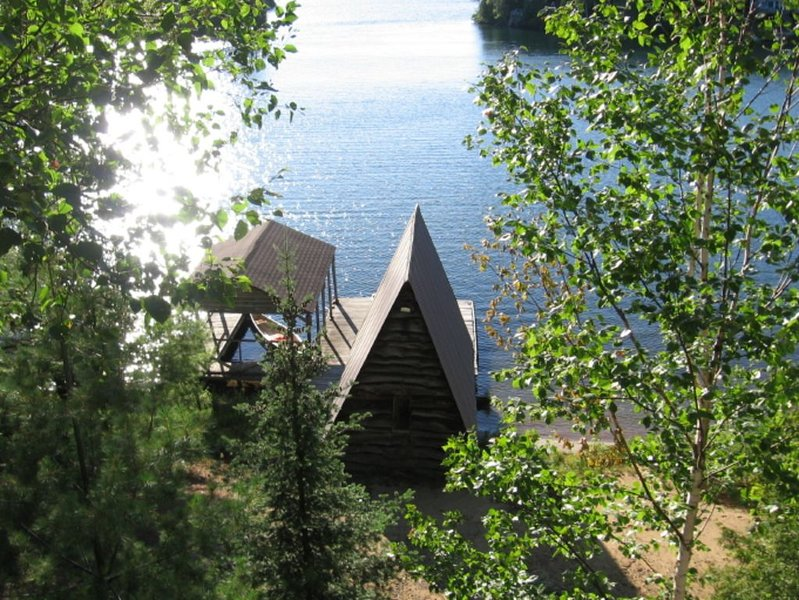 Sleeps six, minutes from Huntsville, sandy beach, rustic charm!, aluguéis de temporada em Katrine