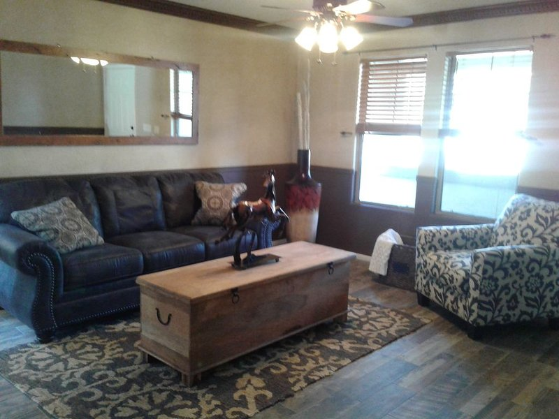 3 BR home in Goodyear near ballpark, shopping, freeway access.  Pool, patio, aluguéis de temporada em Goodyear