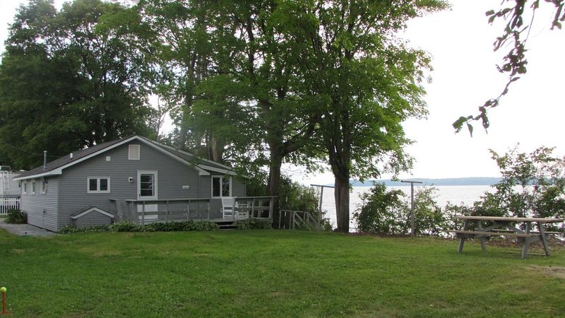 Beautiful Lake Champlain Shoreline Cottage, alquiler vacacional en Isle La Motte
