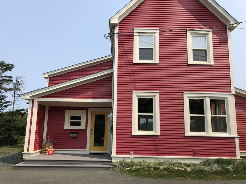 Modern Salt Box with Amazing Ocean Views only 10 minutes from St. John's, holiday rental in Newfoundland and Labrador