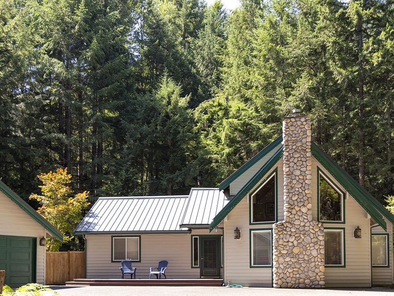 LUXURY CRYSTAL MOUNTAIN  w/ Hot Tub - Private Pristine, holiday rental in Greenwater