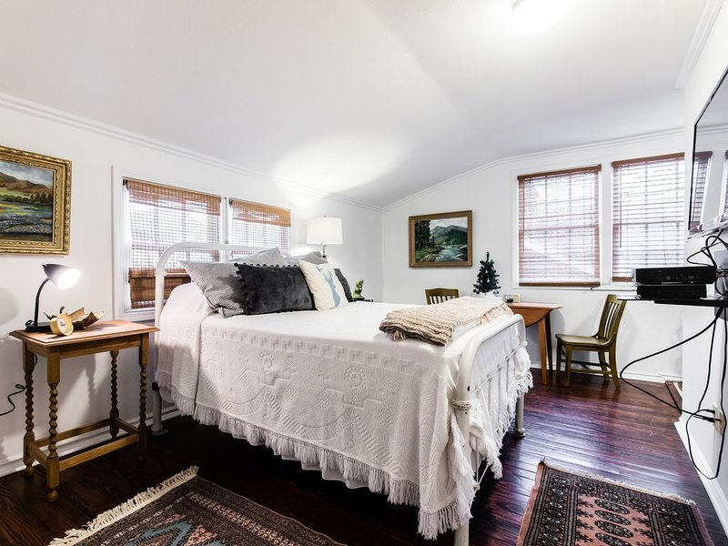 Treetop Studio with Adjacent Golf Course - LTR's Welcome – semesterbostad i Dallas