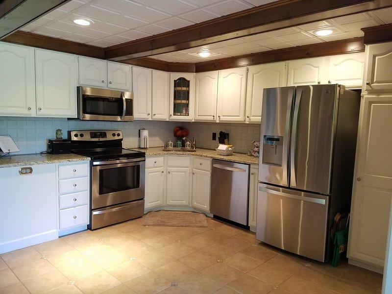 Gran cocina totalmente equipada ahora con electrodomésticos de acero inoxidable.
