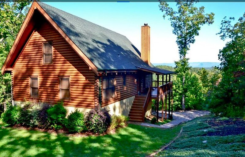 PRIVATE LOG CABIN WITH INCREDIBLE VIEW - ONLY 4 MILES TO LAKE JAMES, holiday rental in Nebo