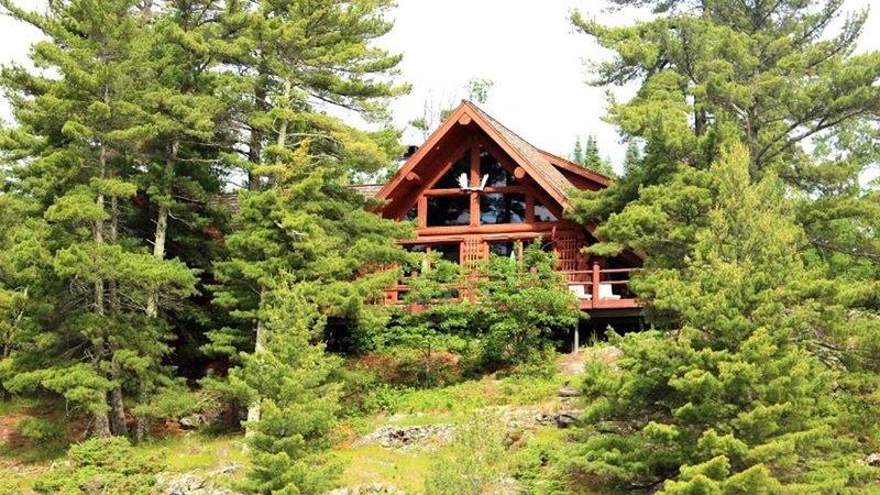 Private Luxurious Log Cabin on Rainy Lake, location de vacances à Fort Frances