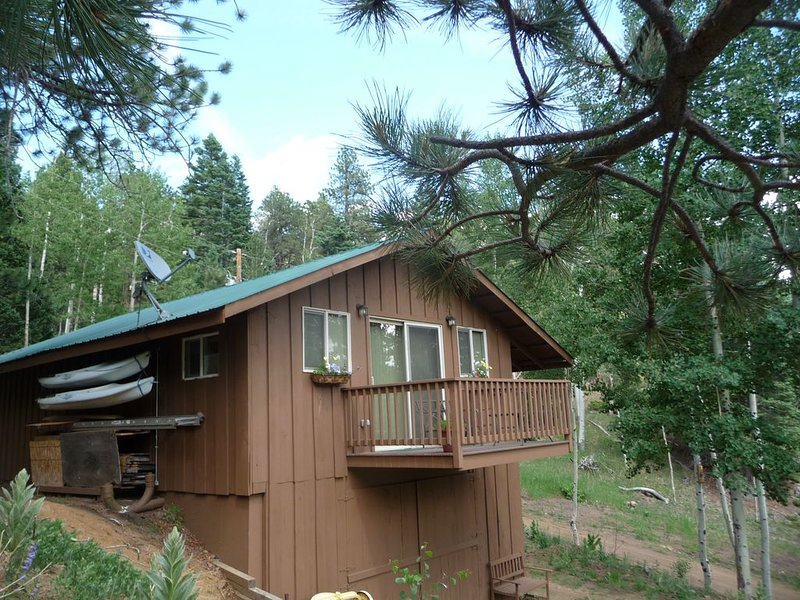 MOUNTAIN CABIN AT 9000' ELEVATION WITH SPECTACULAR VIEWS. COOL AND QUIET., alquiler vacacional en Beulah