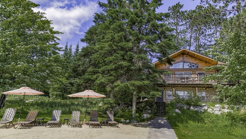 Lake Vermilion log cabin great for large groups and multiple families!, holiday rental in Cook