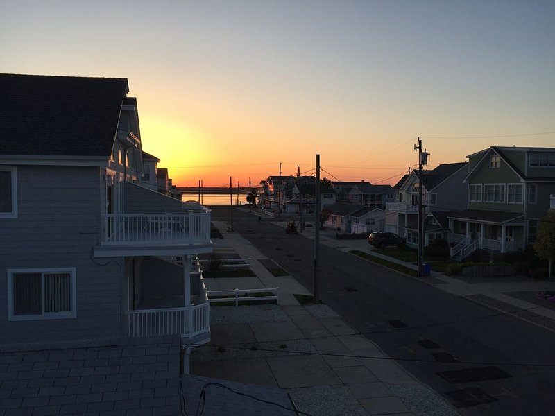 Ocean & Bay views w/ 2 decks, just 4 houses from beach, Oct-Apr most nights $200, holiday rental in Sea Isle City