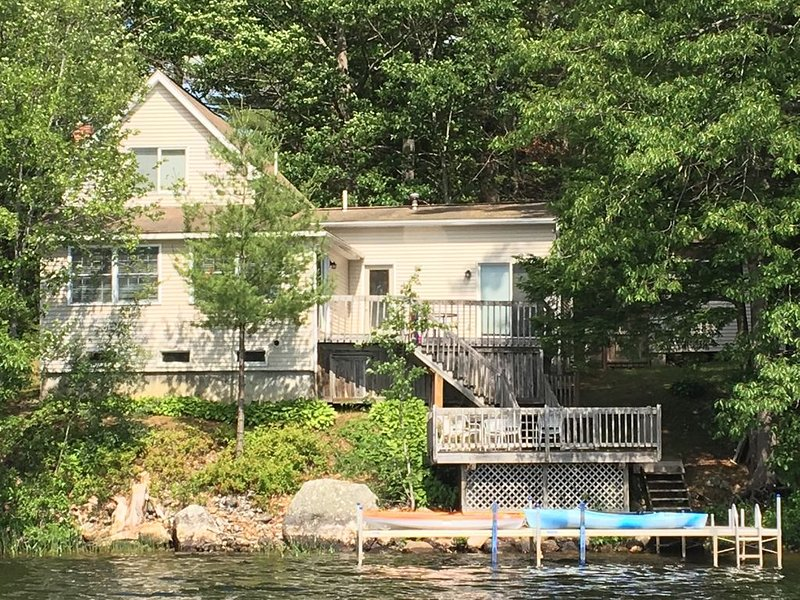Beautiful lakeside property with full amenities, casa vacanza a Greene