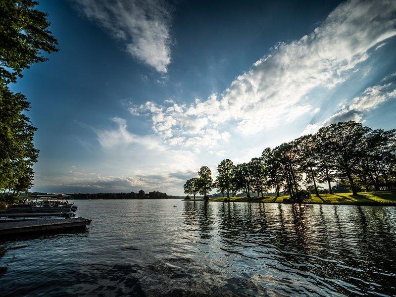 Pretty Lake Bowen SC Retreat, near TIEC, Asheville, Spartanburg, Furman, Wofford, holiday rental in Roebuck