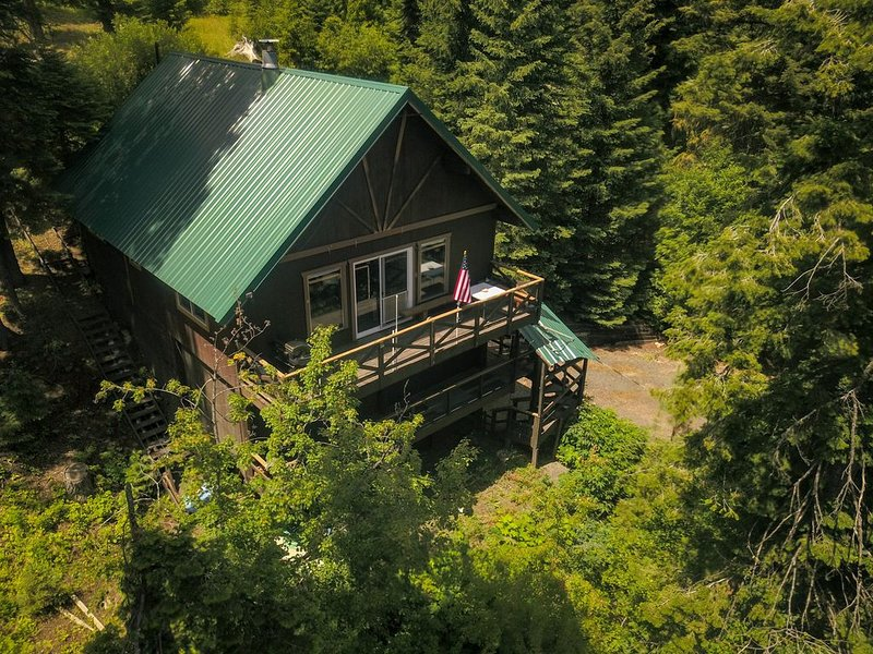 Mountain chalet nestled in the evergreens, peekaboo views of the lake in between, location de vacances à Cascade