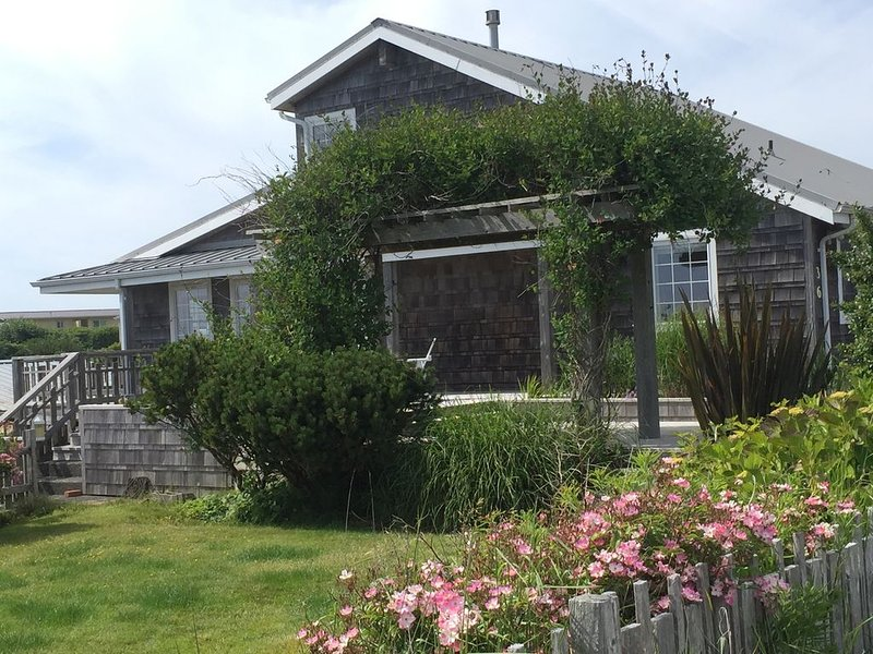 Spyglass Cottage is just steps to the beach.  Relaxation at its finest, holiday rental in Pacific Beach