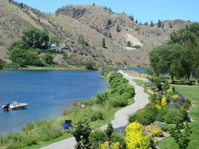 A Lakeside Retreat Near All the Gems of the Sunny Okanagan, holiday rental in Kaleden