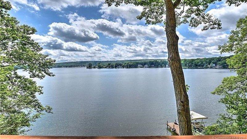 Lake House Retreat on Lake Pocotopaug, location de vacances à Portland