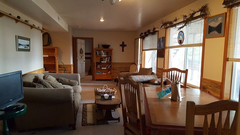 Nice Clean Suite 1 Block from Flathead Lake with full views of Lake/Mountains, casa vacanza a Rollins