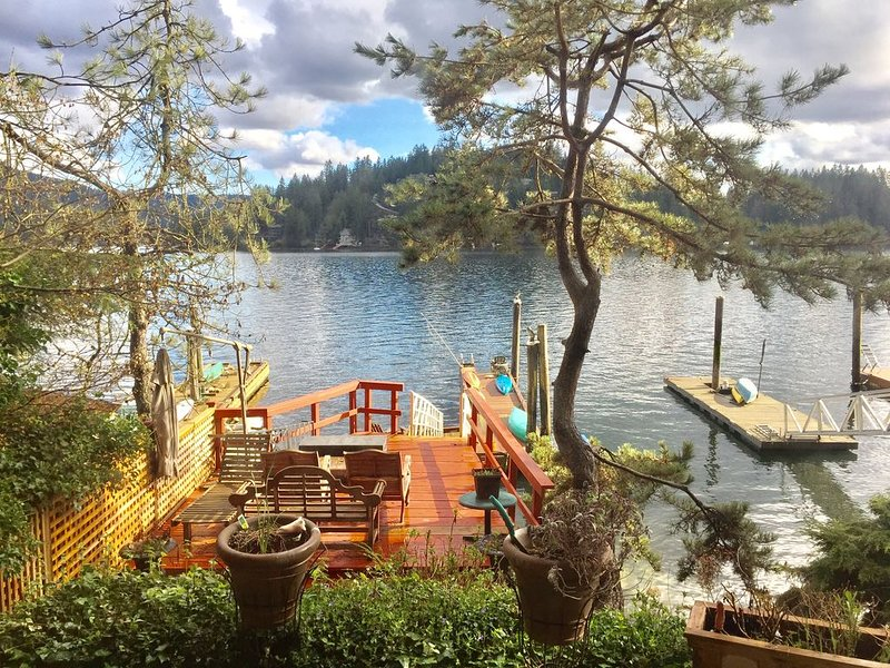 Sea 'n Sand - Deep Cove Waterfront- free use of Kayaks., holiday rental in North Vancouver