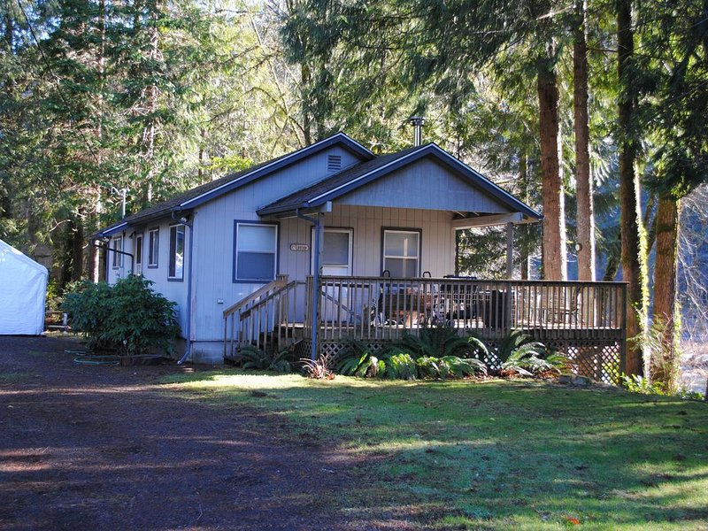 River Cabin in the Woods, holiday rental in Mapleton