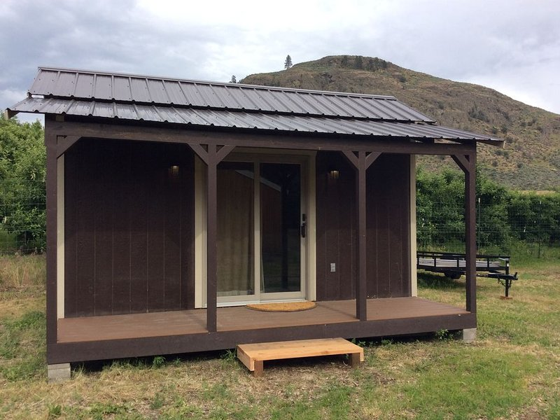 Snug cabin surrounded by apple trees!, holiday rental in Oroville