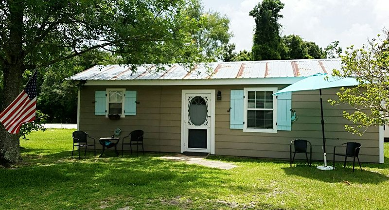 Cozy Cottage minutes to Old Towne and Gulf Coast Beaches – semesterbostad i Waveland