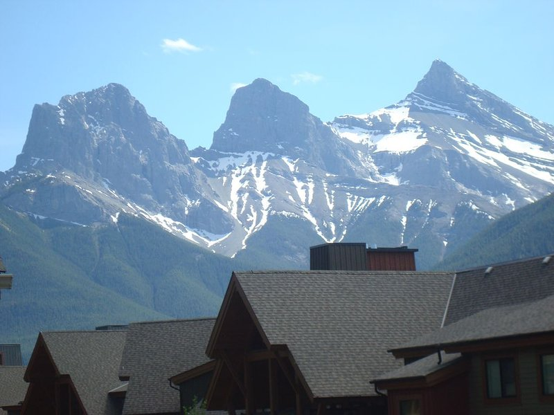 Penthouse Suite with unobstructed Mountain views, aluguéis de temporada em Canmore
