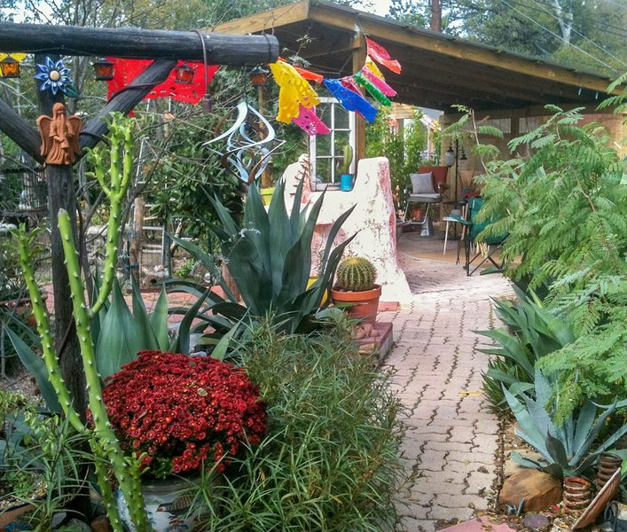 La Calavera Casita is an eclectic paradise you will love!, holiday rental in Manchaca