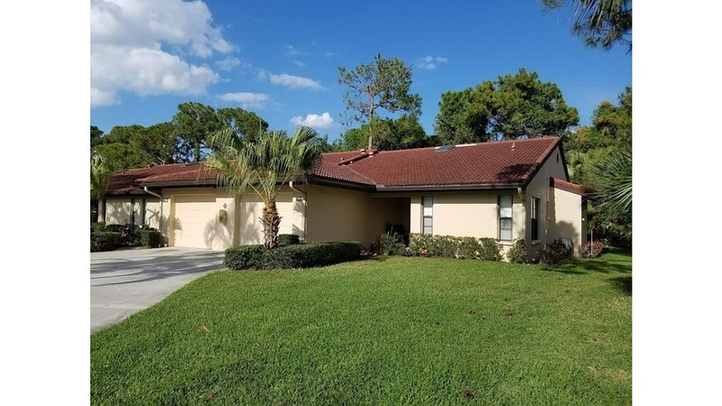 Weekly Rentals/ Resort Style Vacation/End Unit/Private Backyard, vacation rental in Gulf Gate Branch