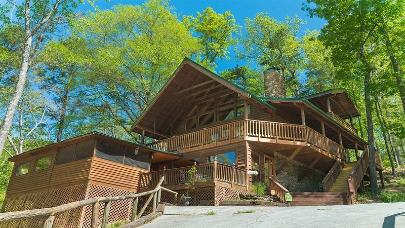 Private log cabin at the foot of the Smoky Mountains, holiday rental in Sevierville