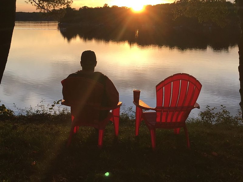 Comfortable water front cottage with spectacular views and memorable sunsets., holiday rental in Big Rapids