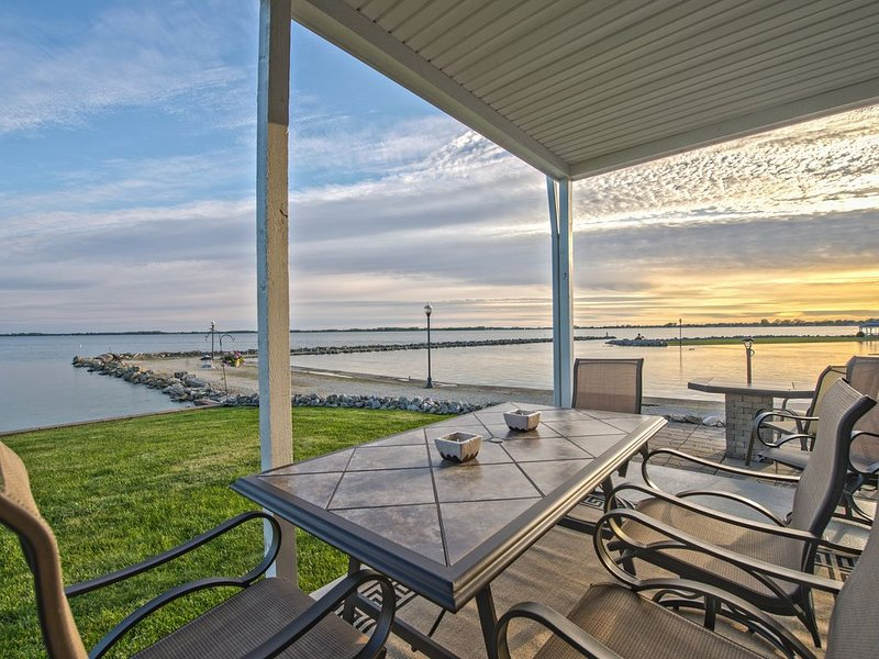 Beach Club Escape Unit 301 - A Beautiful Lakefront Condo on Grand Lake!, alquiler de vacaciones en Saint Marys