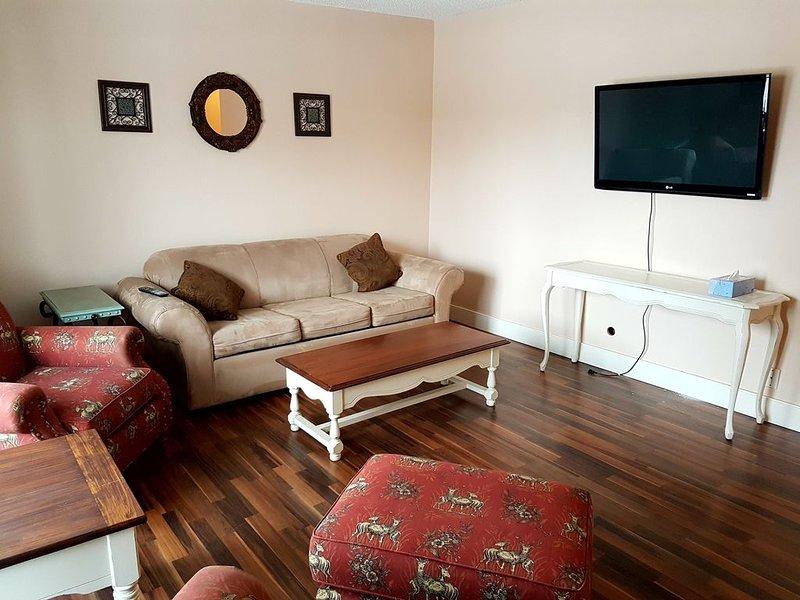 2 Bedroom Sleeps 6 on West edge of Calgary, location de vacances à Cochrane