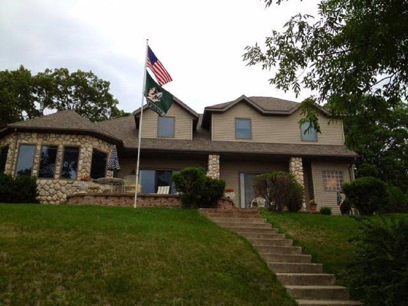 Spacious 5 bedroom home on Big Pelican Lake, alquiler vacacional en Detroit Lakes
