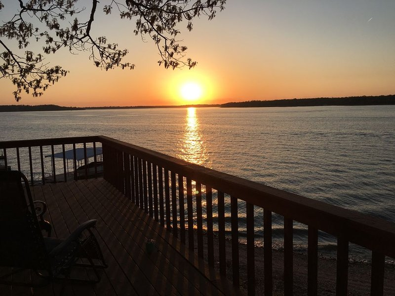 MILLION $ Sunset Views on Waterfront with Shared Private Dock and Boat Slip!, aluguéis de temporada em Spavinaw