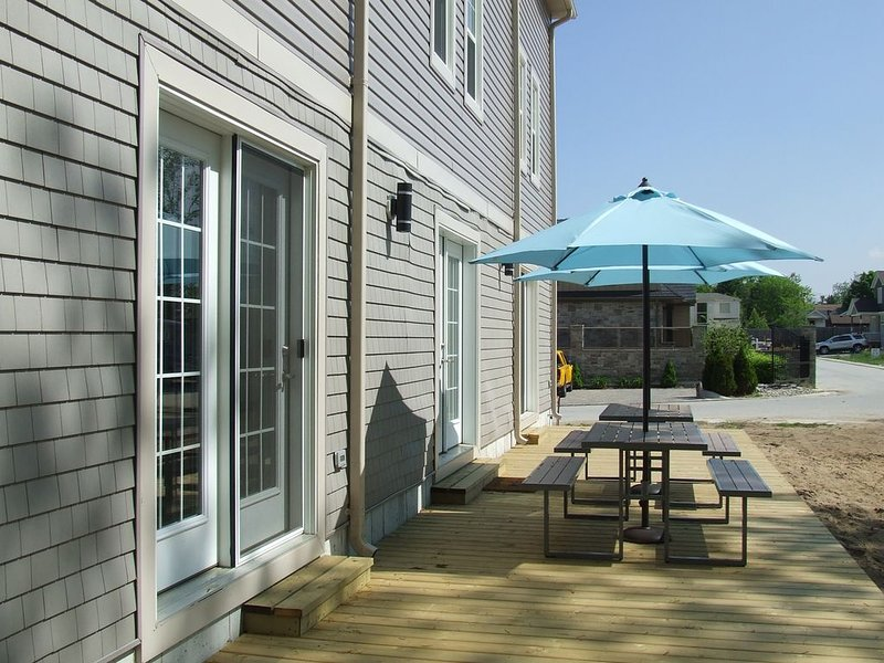 Modern and Spacious 6 bdrm house in the heart of the city, alquiler de vacaciones en Grand Bend