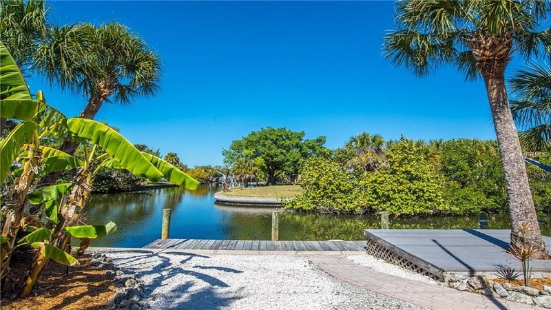 Newly Renovated Beach House on canal * 5 minute walk to village and beach, vacation rental in Siesta Key