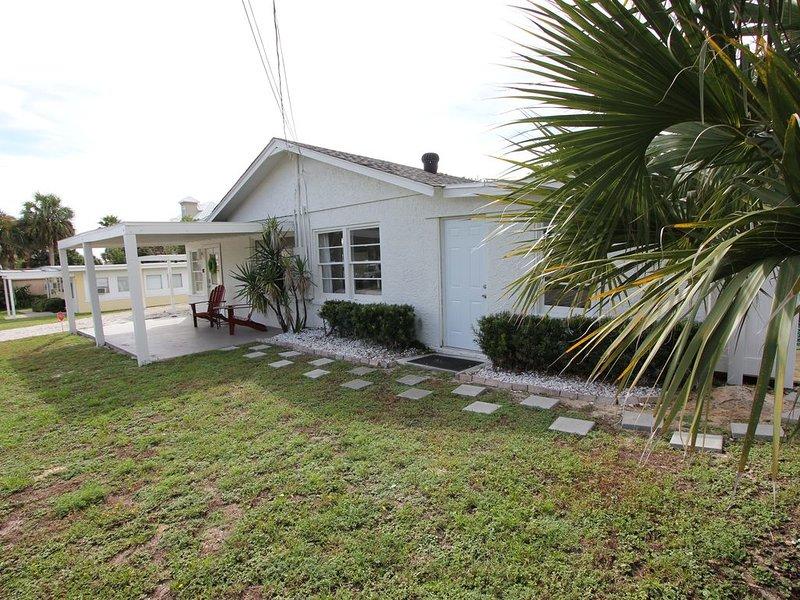 Cozy Cottage, Pool (heated/cooled),  Hear The Waves ~ 1/2 Block To The Sand, aluguéis de temporada em Sunnyside