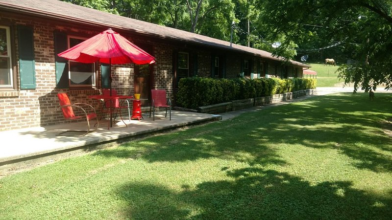 THE HIDEOUT - 4 BEDROOM BRICK HOUSE  step back into the 70s and enjoy, holiday rental in Kingsport